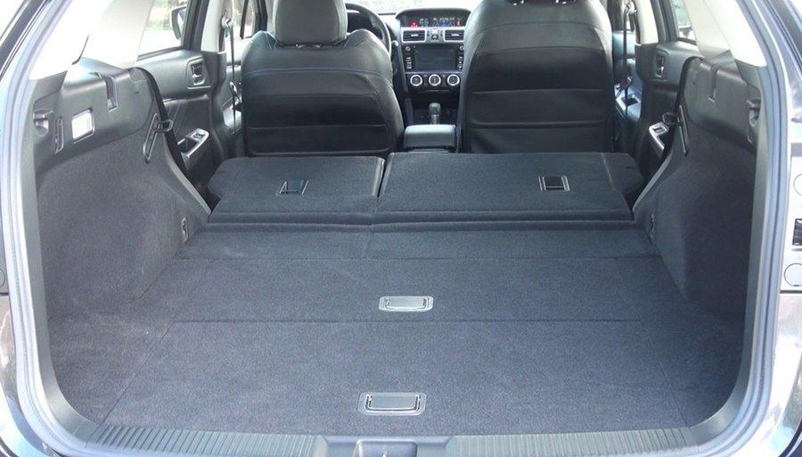 前後乘坐腿部空間相當寬敞,行李廂容積522升,透過6 / 4分離的後座快速傾摺疊,容積可擴大為1446公升。
