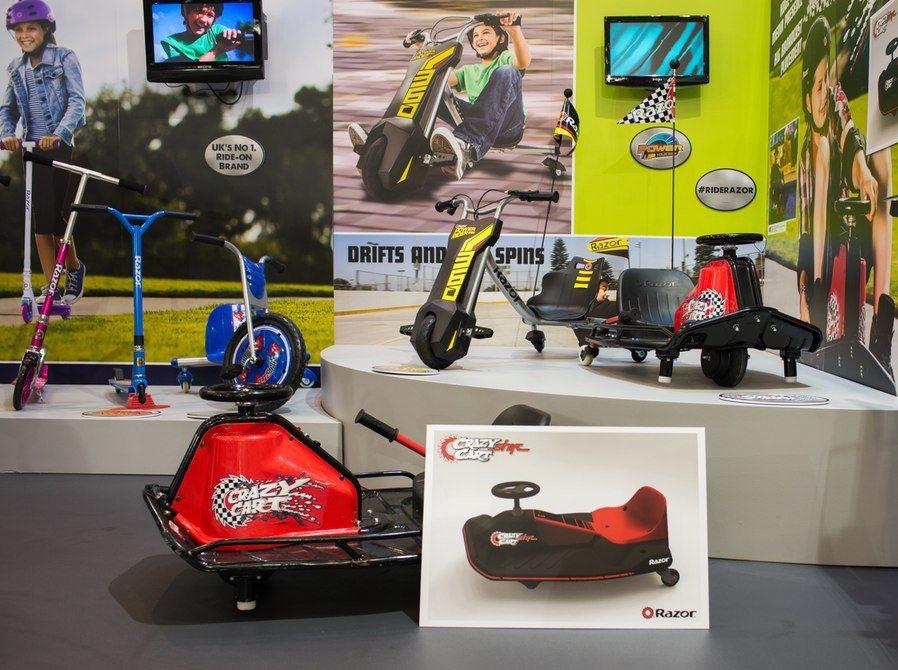 美國Razor滑板製造商推出一款名為Crazy Cart的漂移玩具車,不論大人小...