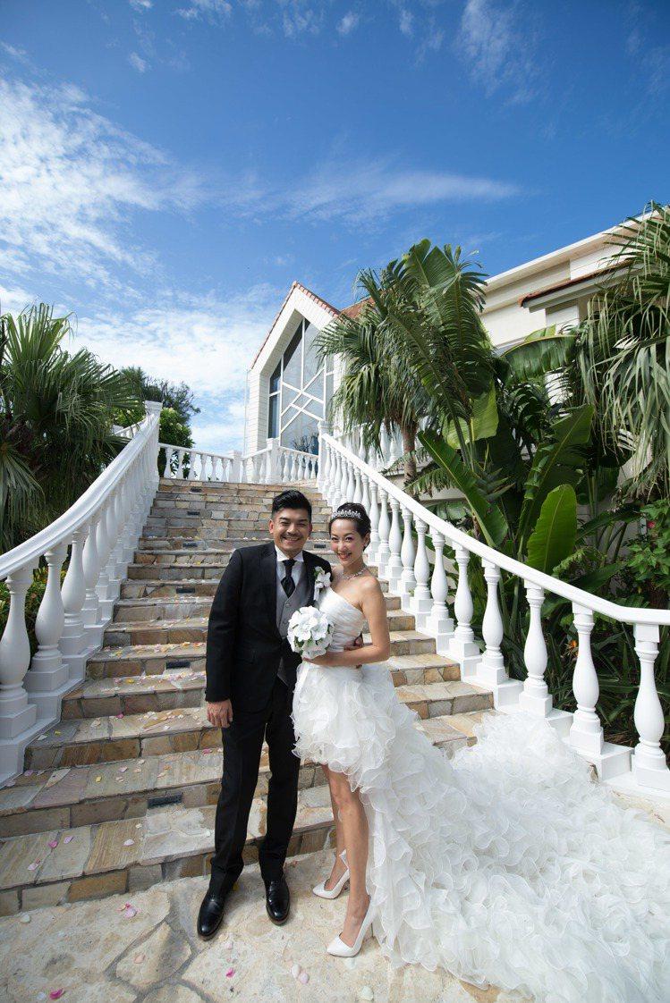 Gigi(右)與史丹利在沖繩完婚。圖/艾迪昇提供