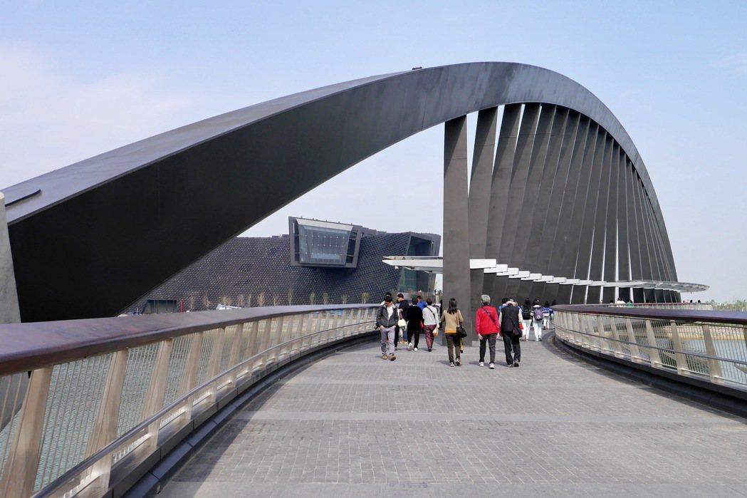 連接入口的鋼構景觀橋,猶如彩虹般搶眼。 記者陳威任/攝影