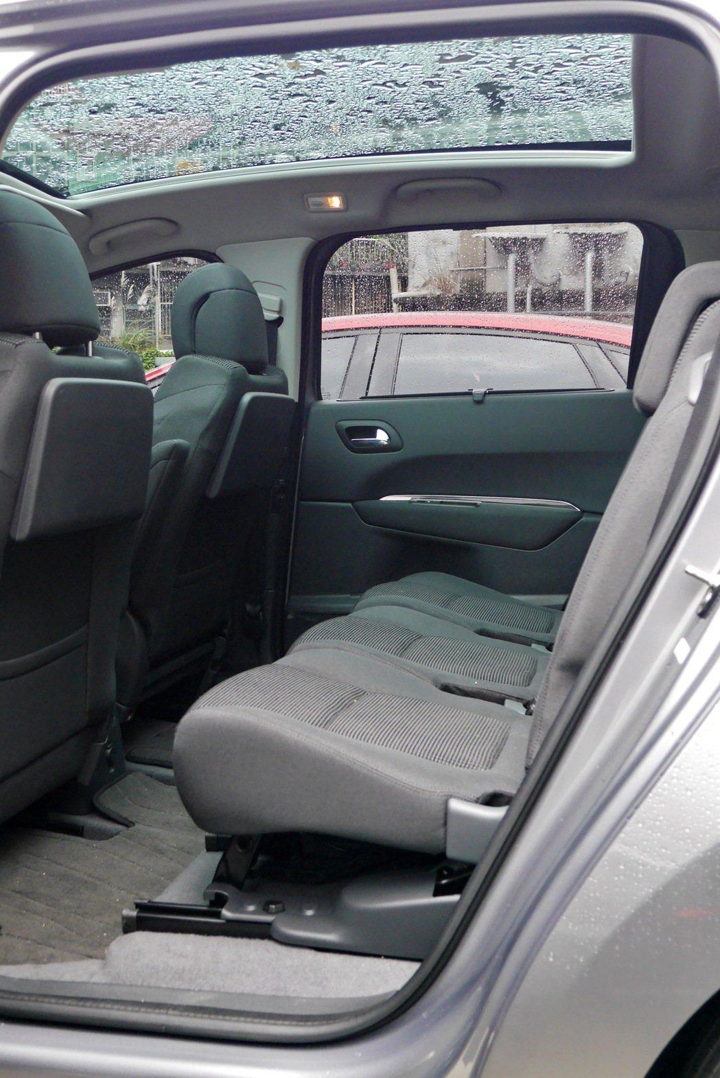 後座空間充裕,搭配上大面積的全景式玻璃車頂,讓乘坐感受再升級。 記者陳威任/攝影