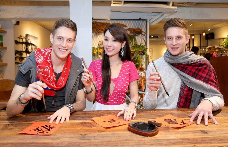 賈斯汀(左)、海倫清桃(中)、馬丁(右)外國人過年專題。記者余承翰/攝影...