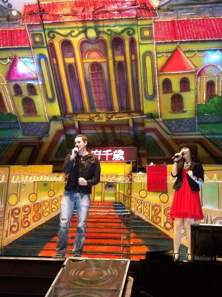 方馬丁(左)曾上電子花車開唱。圖/民視提供