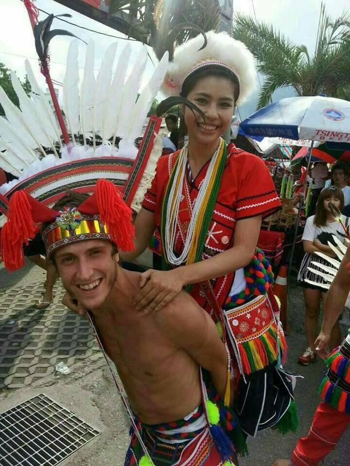 賈斯汀(前)參加原住民部落活動,體驗不同年味。圖/賈斯汀提供
