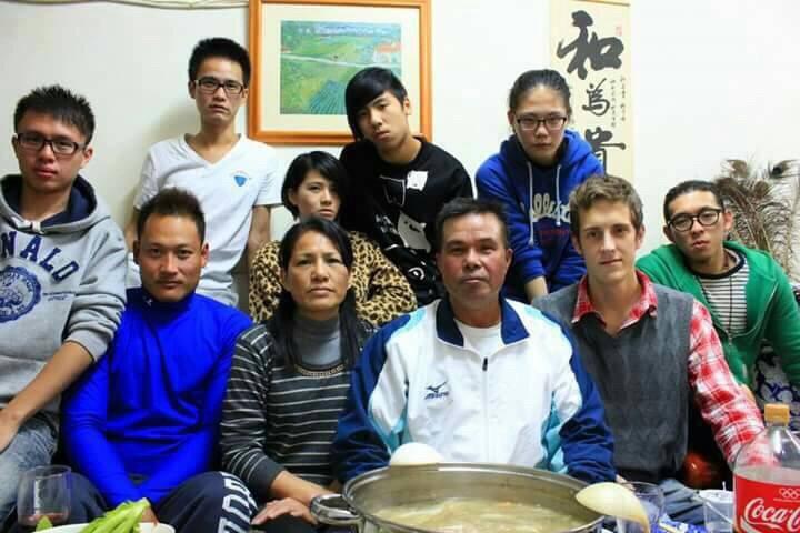賈斯汀(前排右二)到原住民友人家中過節,體驗不同年味。圖/賈斯汀提供