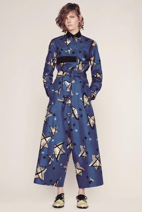 屬牛的幸運色是藍色,Marni藍色印花連身褲裝。 圖/JOYCE提供