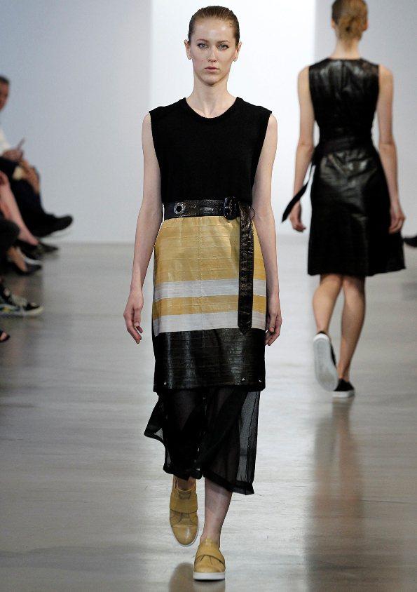 金色是屬鼠的開運色,Calvin Klein融入金色的黑色洋裝。 圖/Calvi...