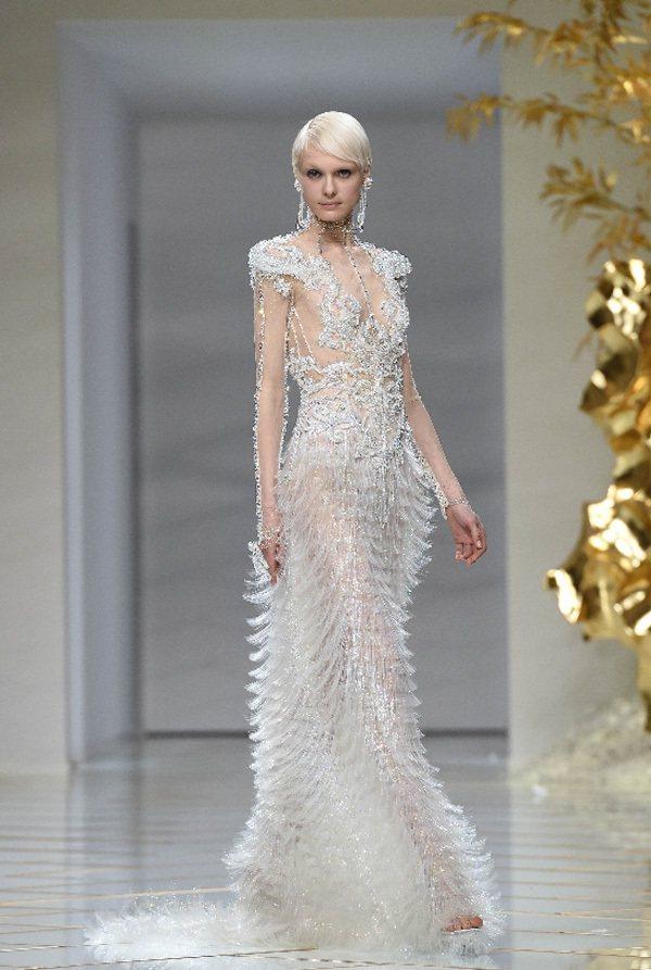 郭培以「鳳凰」為主題,大量的金、白色訂製服展現龍鳳呈祥的瑰麗,和丈母娘與新娘相約...