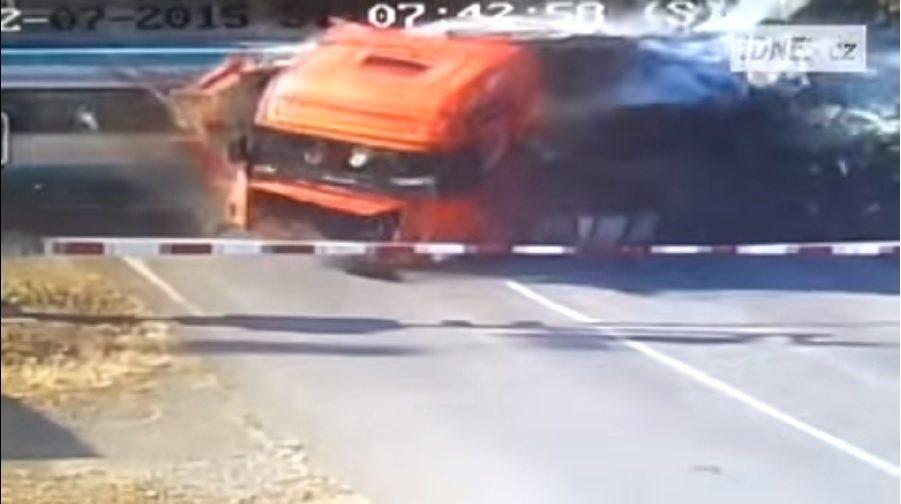 撞擊後的碎片殘骸不僅造成車上多人傷亡,還波及到附近車站內。 截自verstapen影片