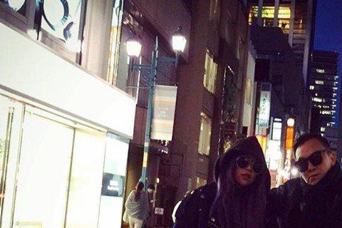 天后阿妹(張惠妹)24日在東京開唱,也和友人現身日本街頭,照片PO出,一張戴著墨鏡和友人在銀座的合照,竟被網友說「有大姐頭的fu~」,只能說妹姐氣場真強大張則是阿妹和友人在澀谷街頭的馬路中央大擺PO...