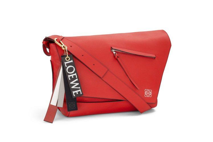 Anton紅色牛皮小型郵差包 NT$ 74,000 (不含吊飾)。圖/LOEW...