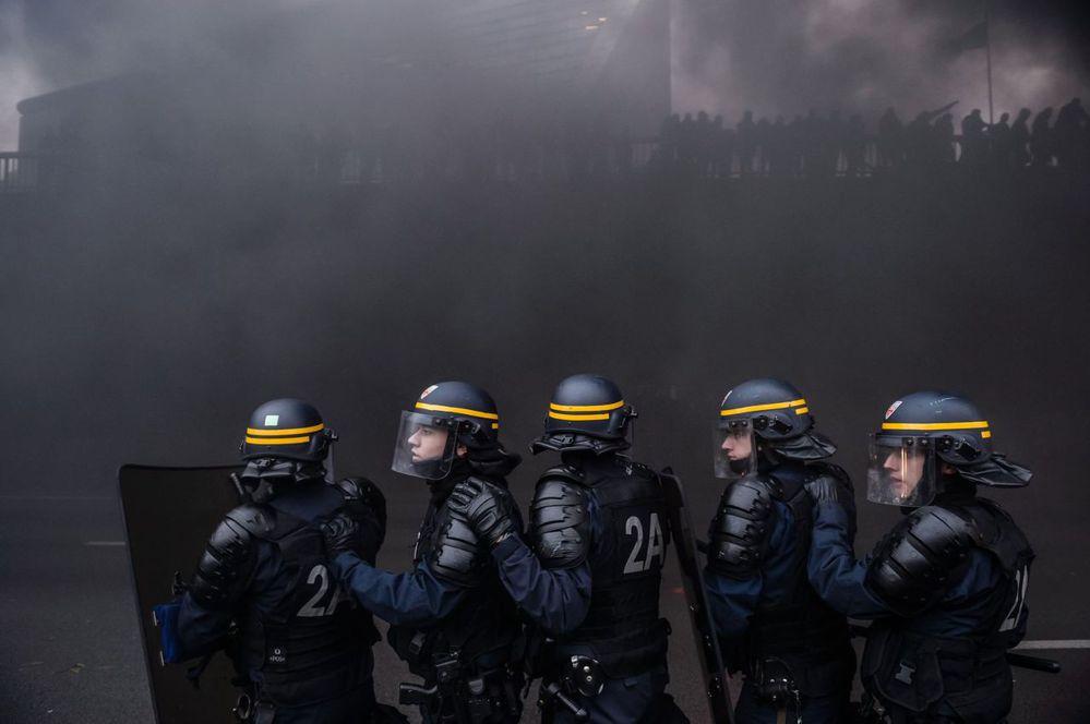 壟罩在計程車司機怒火中的法國鎮暴警察。 (圖/歐新社)