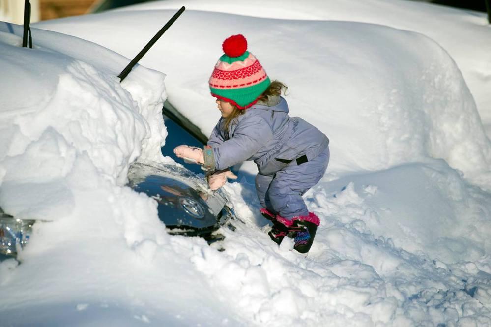 三歲女童協助爸爸除雪 (圖/美聯社)