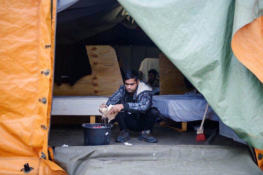 一名居住在丹麥特斯特德(Thisted)難民營、來自孟加拉的難民,在清洗住所。 ...