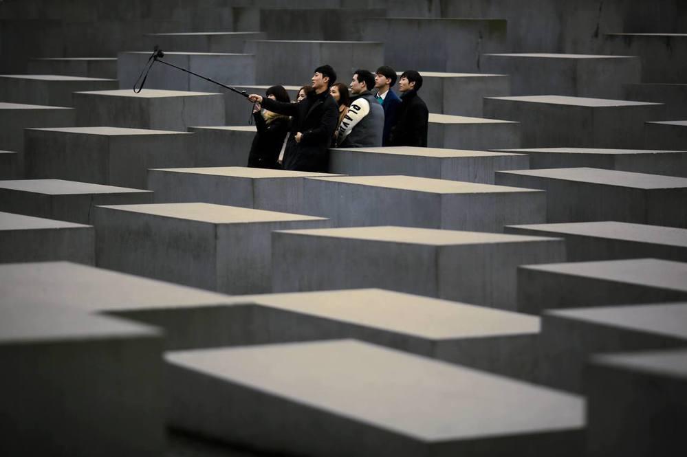 德國,柏林,1月27日「國際大屠殺紀念日」,在歐洲被害猶太人紀念碑前自拍的觀光客...