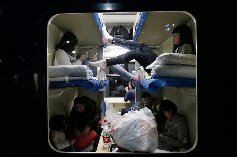 車廂內,成功買到睡鋪的春運民眾。 圖/路透社