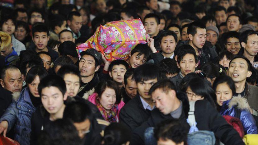 回家的感覺就像逃難,春運成了「春暈」;「擠」成了中國過年季節最佳的代名詞。 圖/...