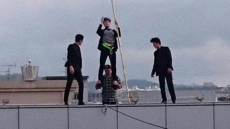 演員丁力祺(中)有懼高症,卻被吊上十層樓高。圖/丁力祺提供