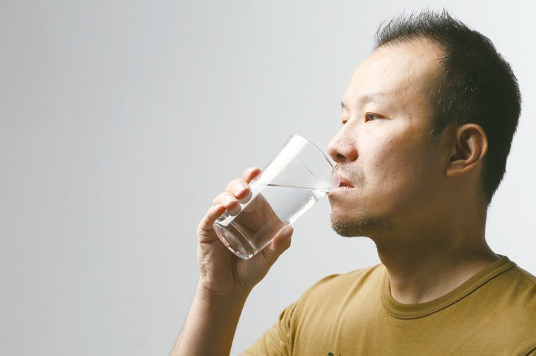天氣炎熱,卻並非人人都適合多喝水。 本報資料照片