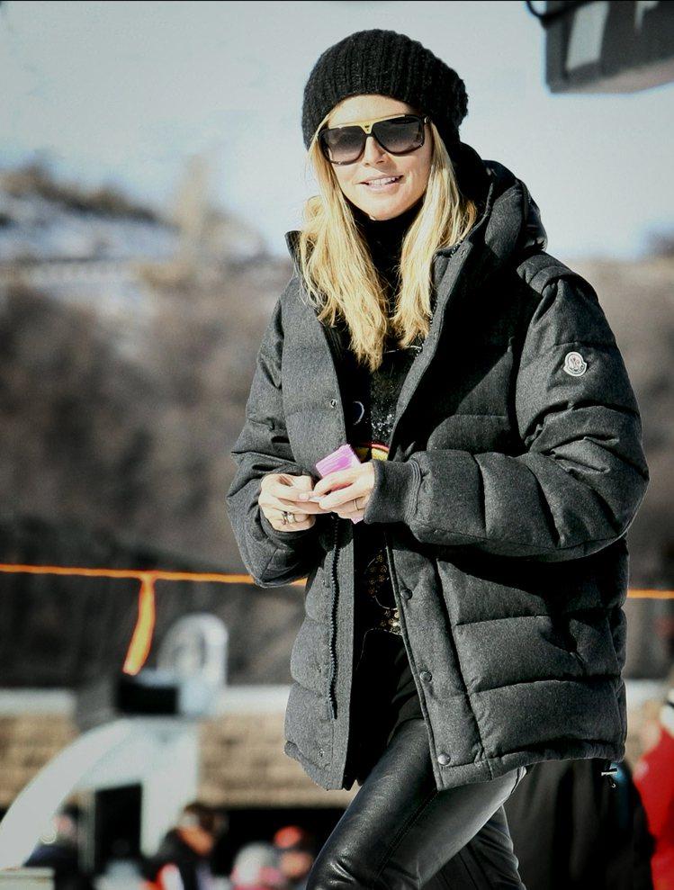 超模海蒂克隆將羽絨衣穿得時尚帥氣。圖/MONCLER提供