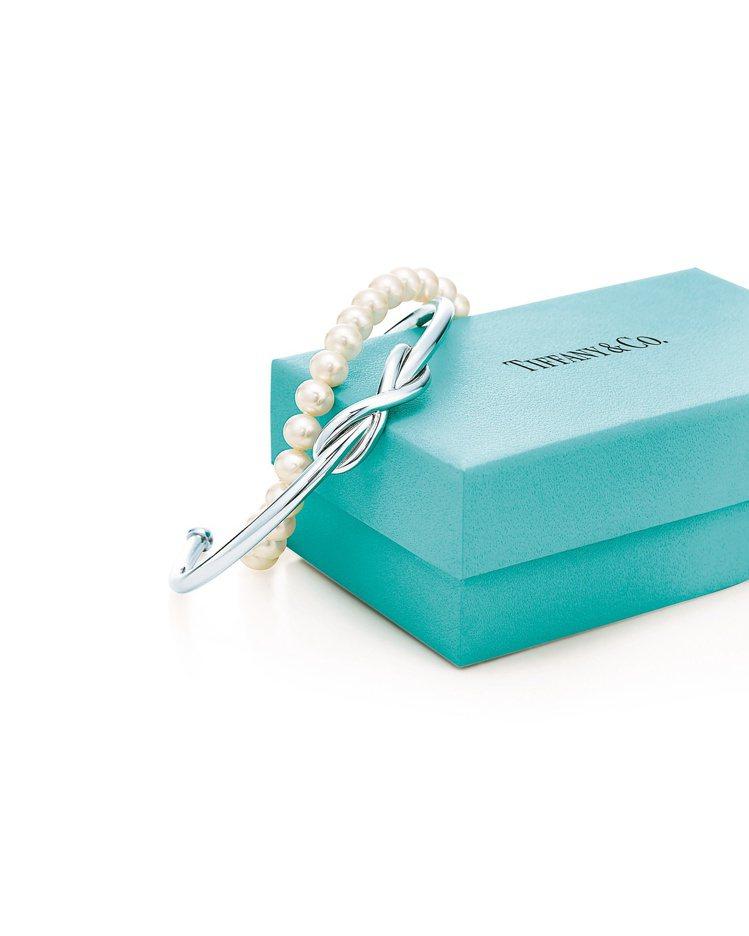 Tiffany Infinity純銀手鐲16,000元;珍珠手鍊15,0...