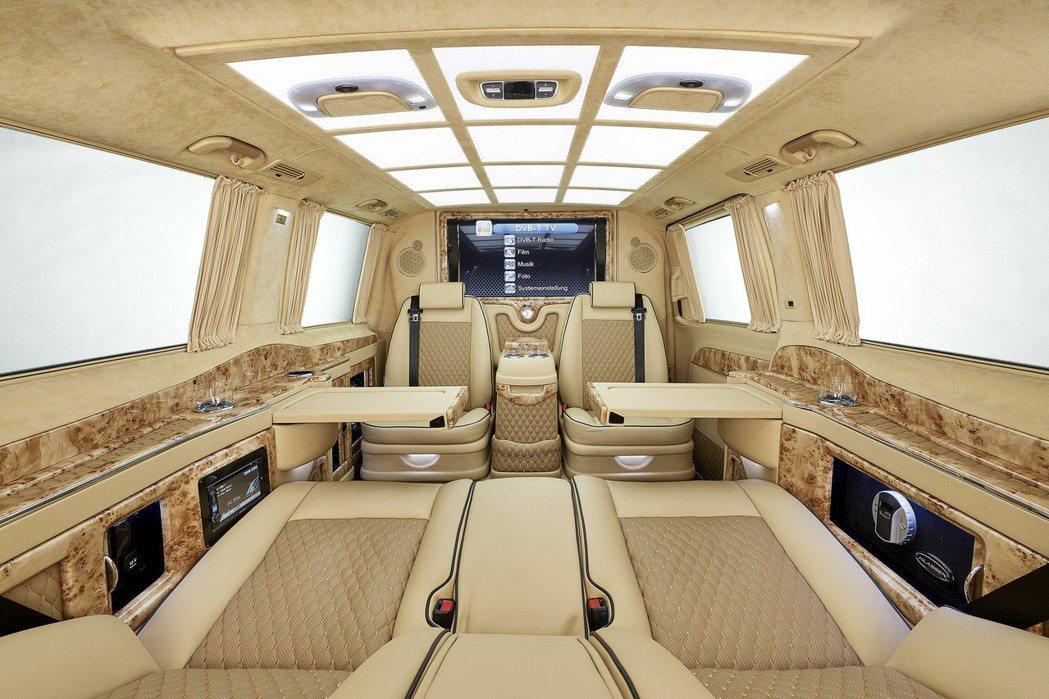 駕駛艙與座艙中間搭載大型數位液晶螢幕,具備升降功能,可收納於下方,一覽前方行車視野。 摘自Larte Design
