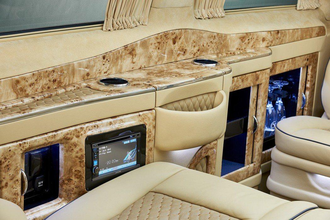 座艙內配置簡單的吧台與冰箱,一旁亦有獨立影音系統與充電座等。 摘自Larte Design