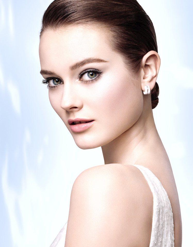 肌膚看起來年輕,重點不只在細紋,膚色亮白也是展現青春美貌的關鍵。圖/香奈兒提供