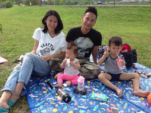 41歲藝人高山峰與妻子Sara結婚4年,兩人育有1子1女,兒子高譽恩已經滿4歲,卻因為構音異常,講話容易口齒不清,讓他在幼稚園被其他小孩排擠,夫妻倆去年11月求助語言治療師後,他接受「蘋果」訪問時坦...