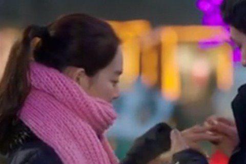 蘇志燮與申敏兒在韓劇《Oh My Venus》中甜蜜放閃,劇中飾演健身教練的蘇志燮頻頻利用調情方式誘惑申敏兒。蘇志燮在《Oh My Venus》第15集中向申敏兒求婚的橋段,更是劇迷們公認最浪漫的求...