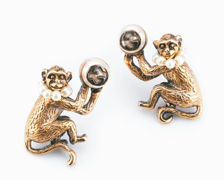 GUCCI猴子造型仿古金屬與珍珠裝飾耳環,15,200元。 圖/GUCCI提供