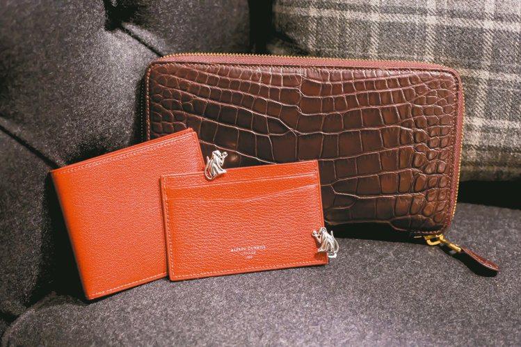 紅色山羊皮卡夾售價13,200元、紅色山羊皮夾售價22,500元、靈猴純銀袖釦售...