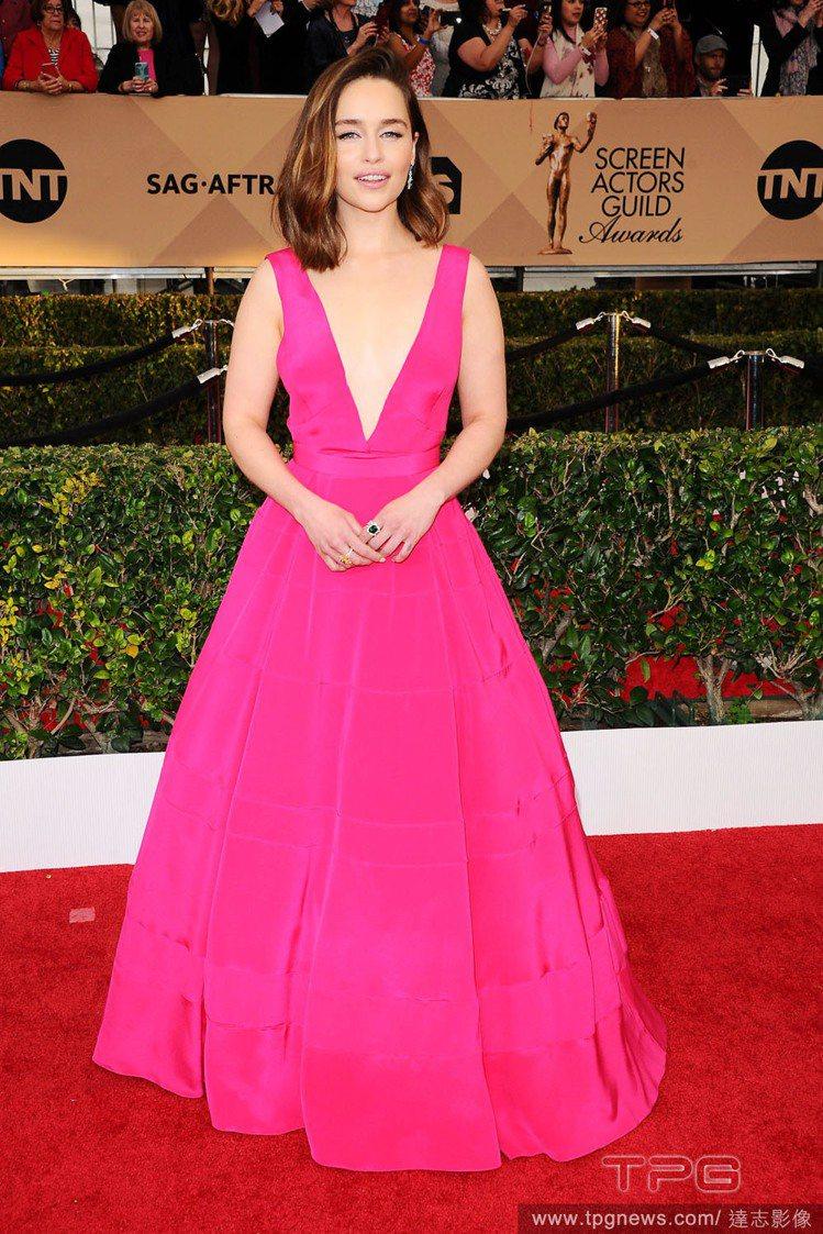 艾蜜莉亞克拉克,以一身桃紅色 Dior 蓬裙訂製服現身紅毯,簡約大方的禮服線條搭...
