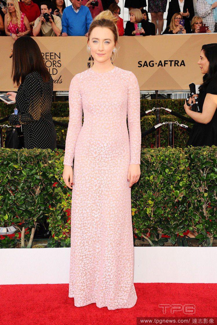莎柔絲羅南則是選擇 Michael Kors 2016 早秋的一襲淡粉紅色貼身禮...