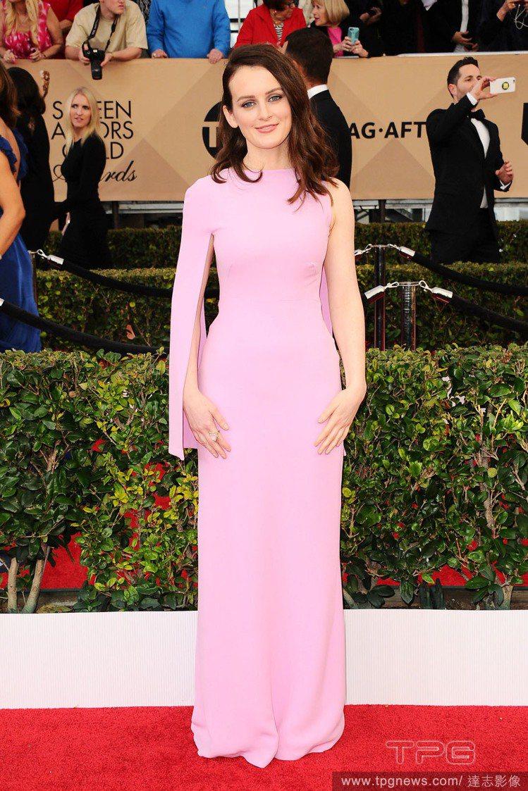 蘇菲麥席拉選擇 ESCADA 的粉紅色禮服,不規則的袖子展現前衛質感,但卻沒有這...
