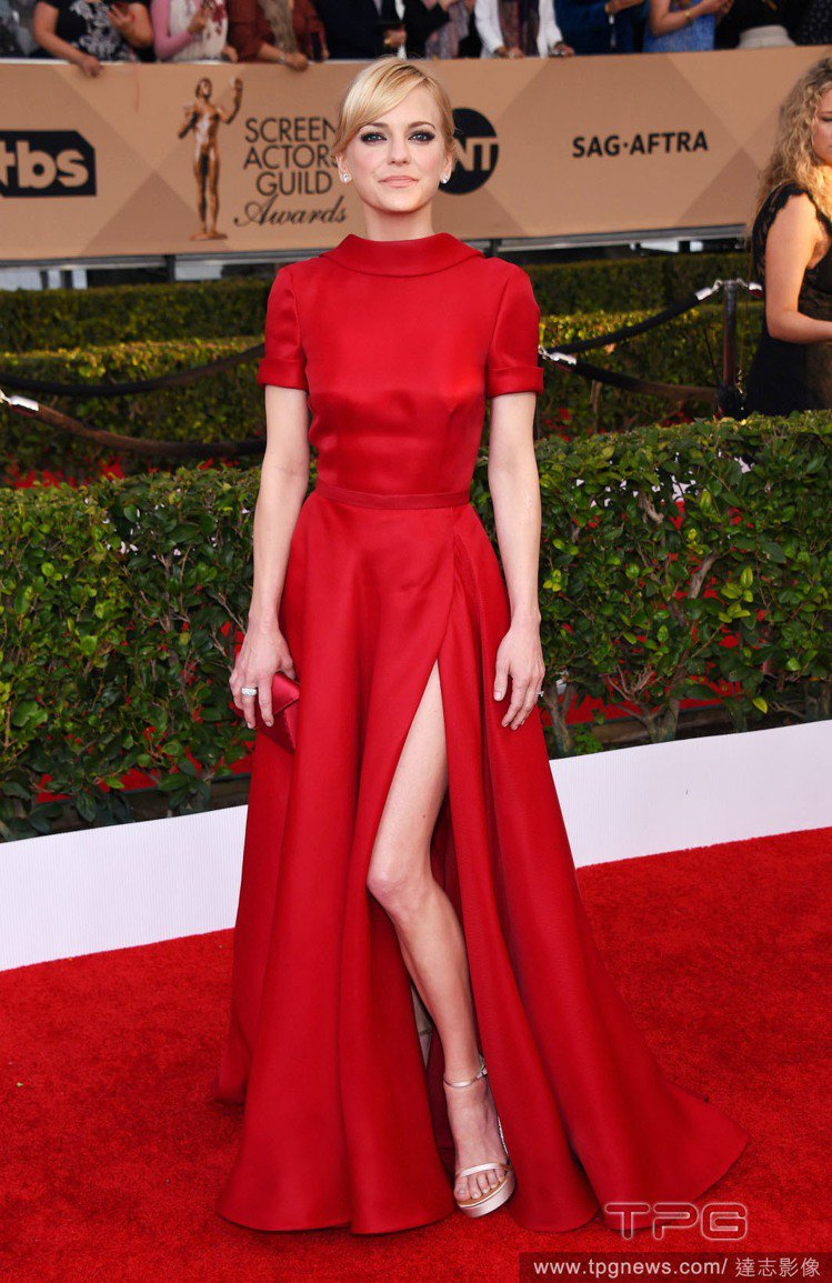 安娜法瑞絲選穿 Naeem Khan 的紅色蓬裙禮服,上身看起來非常保守,但開衩...