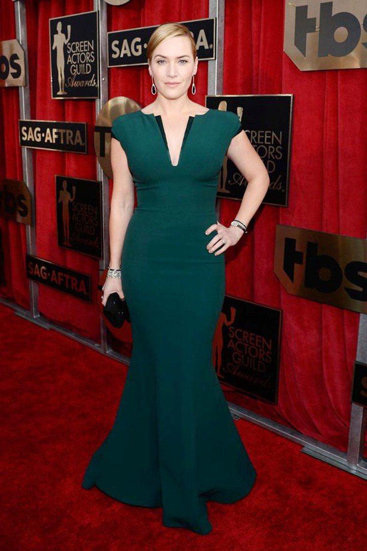 凱特溫絲蕾以 Armani 綠色貼身魚尾禮服現身紅毯,領口的層次設計讓這身禮服增...