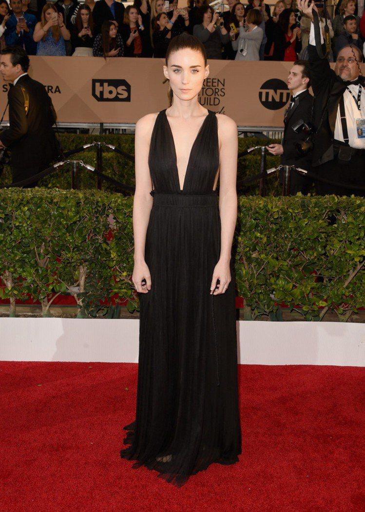 穿上黑色 Valentino 深V訂製服的魯妮瑪拉,搭配乾淨的馬尾造型,非常優雅...