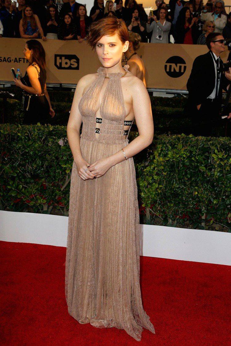 凱特瑪拉也挑了 Valentino 的禮服,這件出自2016春夏的裸色透膚禮服用...
