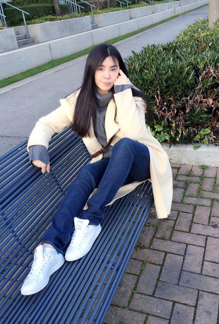 「女神」王祖賢在臉書上傳自己的一張近照,和粉絲分享生日喜悅。照片中的她身穿白色大...