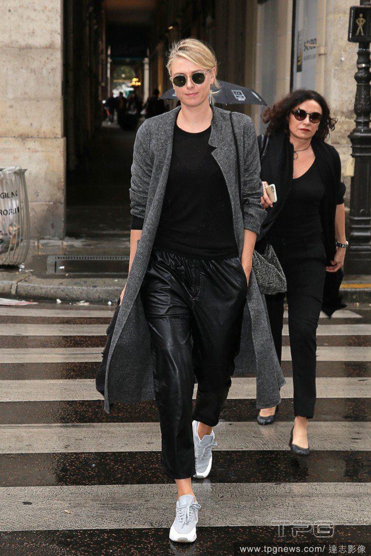 莎拉波娃用大衣搭休閒運動鞋,看起來超帥氣。圖/達志影像
