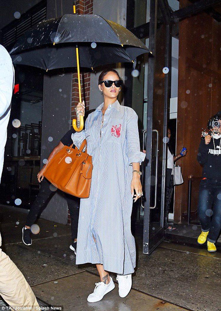蕾哈娜用長版襯衫洋裝搭休閒運動鞋。圖/擷自trendyrammy.com