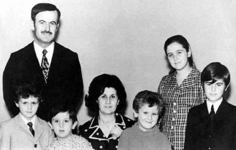 統治者與他的孩子們。後排:哈菲茲.阿薩德(Hafez al-Assad,左)與夫...