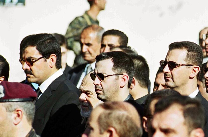 2000年,老阿薩德喪禮上的三人:姐夫肖卡特(左)、弟弟馬赫爾(中)、以及即將登...