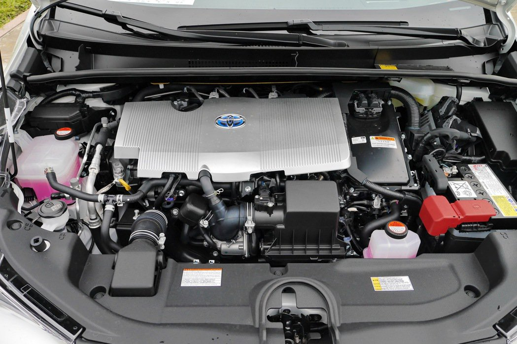 第四代Prius仍搭載原廠代號2ZR-FXE的1.8升直列四缸引擎,綜效馬力為1...