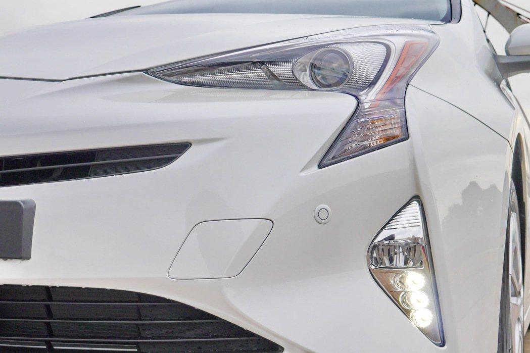 LED頭燈組呈現倒ㄑ型,巧妙融入在引擎蓋與前保桿的設計之中。 記者陳威任/攝影