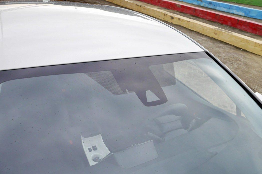 Toyota Safety Sense透過前擋玻璃內側上緣的攝影機與雷射雷達進行...