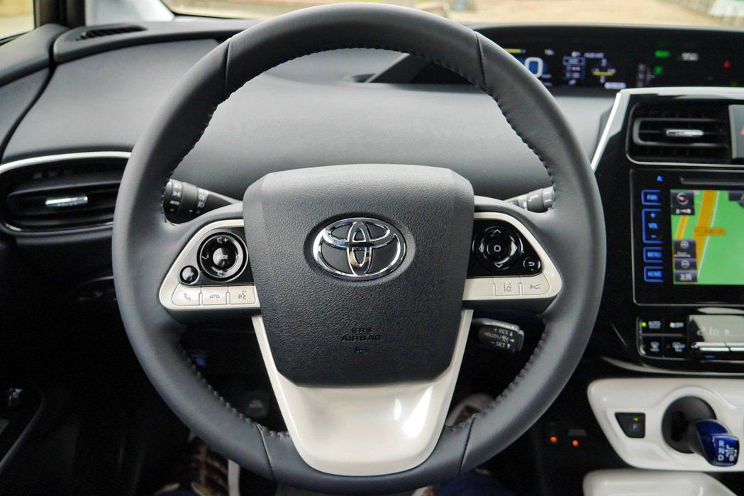 方向盤上整合了LDA車道偏離警示及ACC主動式車距維持系統。 記者陳威任/攝影