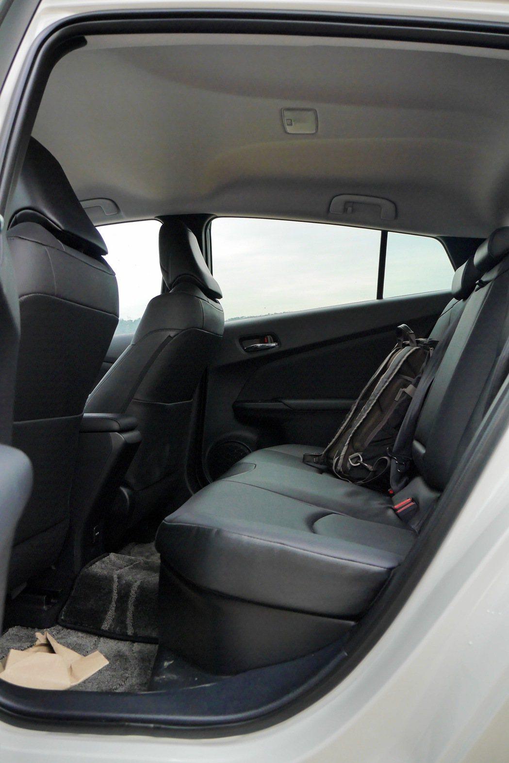 後座空間堪用,座椅在大改款後乘坐舒適加分。 記者陳威任/攝影