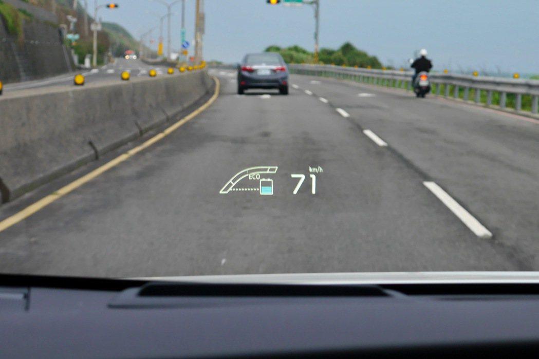 全彩抬頭顯示器讓駕駛視線無須轉移。 記者陳威任/攝影